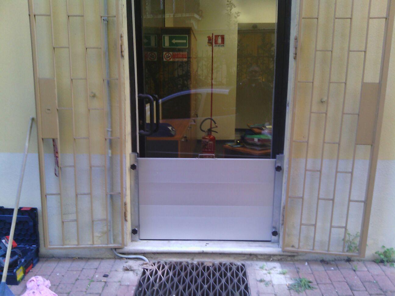 veduta del negozio dall`esterno con tappetino all`entrata