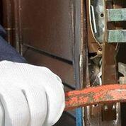 montaggio di serratura su porta blindata