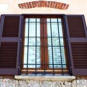 finestra con infissi in legno, ringhiera e sistema basculante
