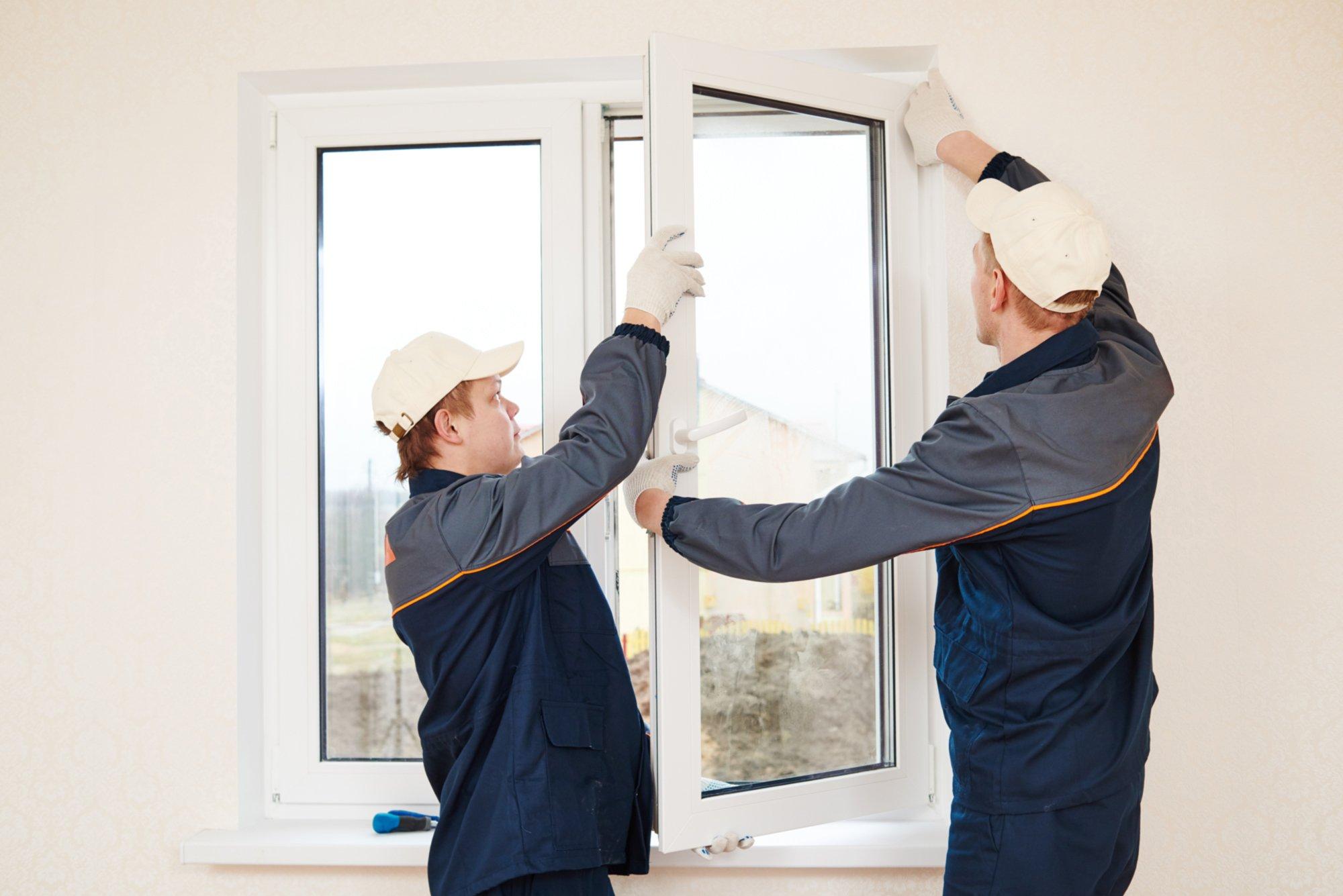 addetti mentre riparano una finestra