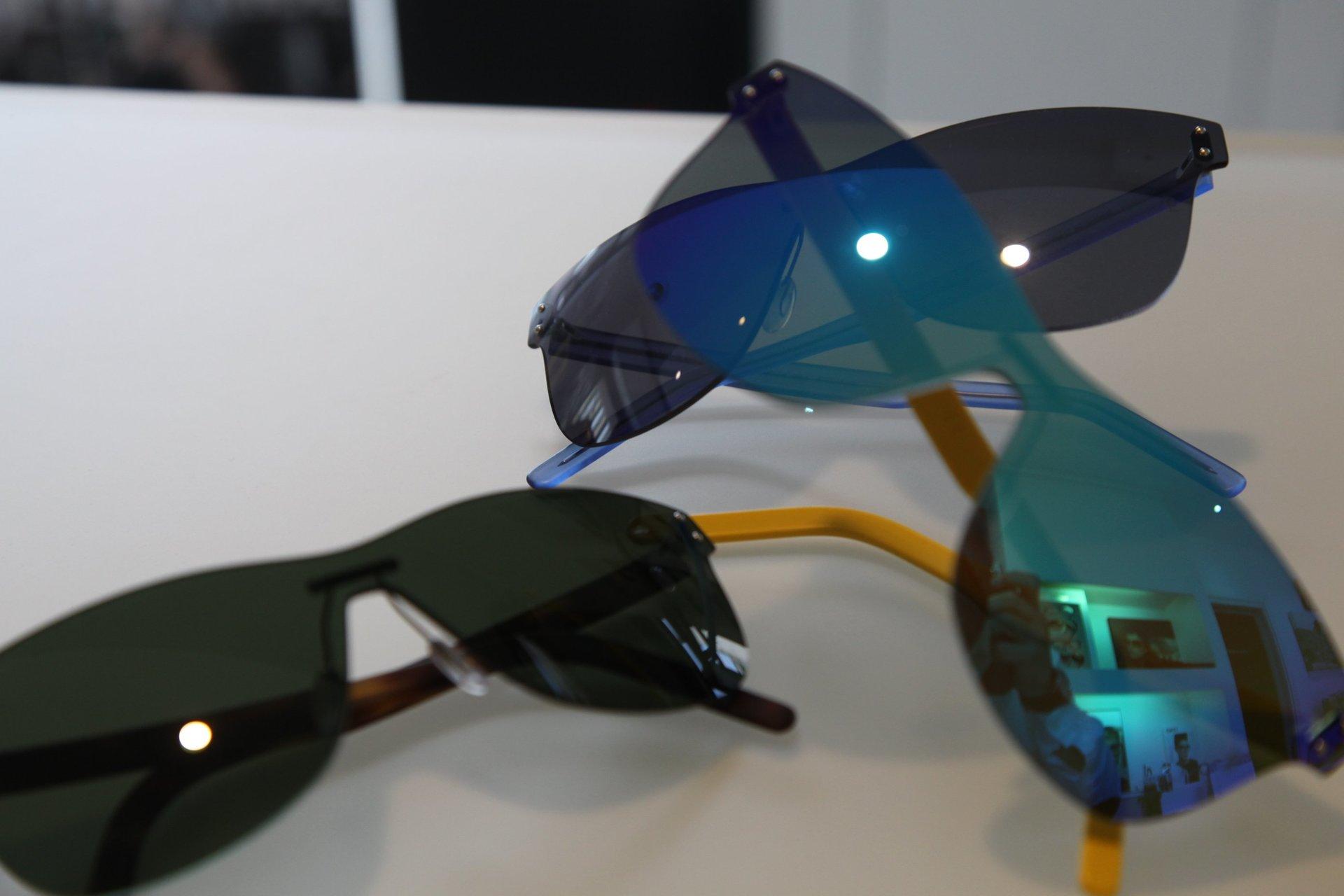 degli occhiali da sole marroni e neri