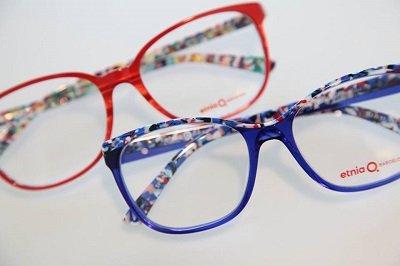 due paia di occhiali da vista rossi e blu