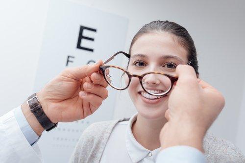 una ragazza misura degli occhiali