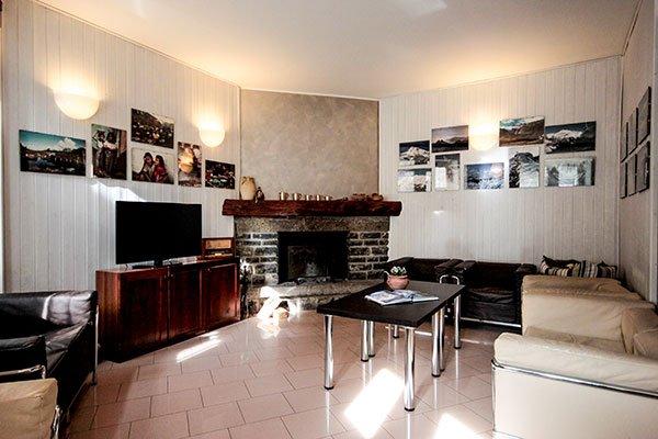 un salotto con un tavolino e un mobile tv