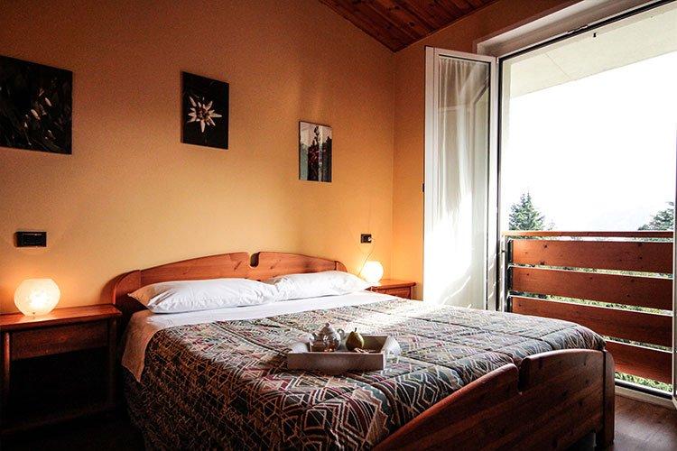una stanza d'albergo con un letto matrimoniale