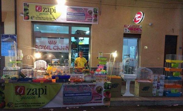esposizione prodotti per animali fuori dal negozio
