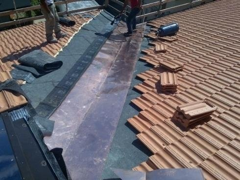 Installazione piastra rivestimento tetto