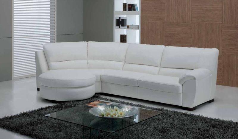 Sofá bianco, parete di legno