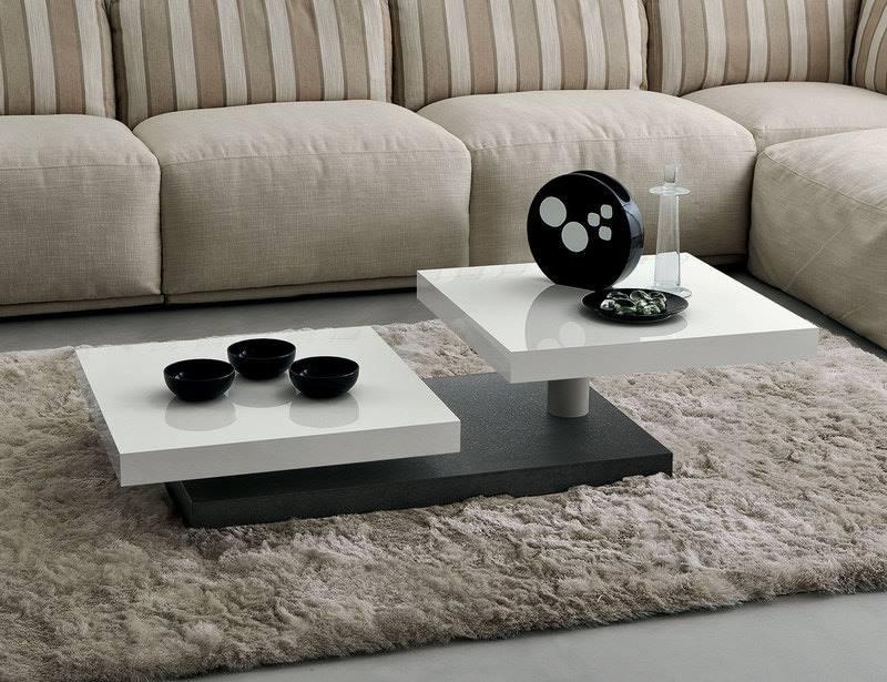 Gran sofá marrone soave, originale tavola bassa
