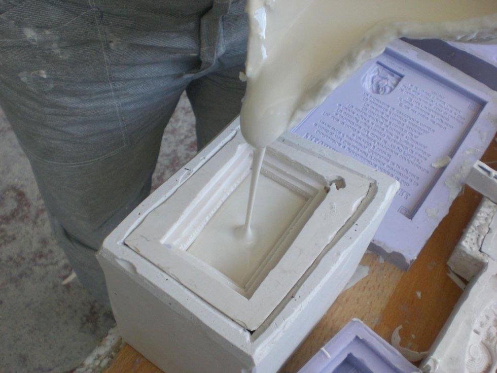 Colata della resina nello stampo