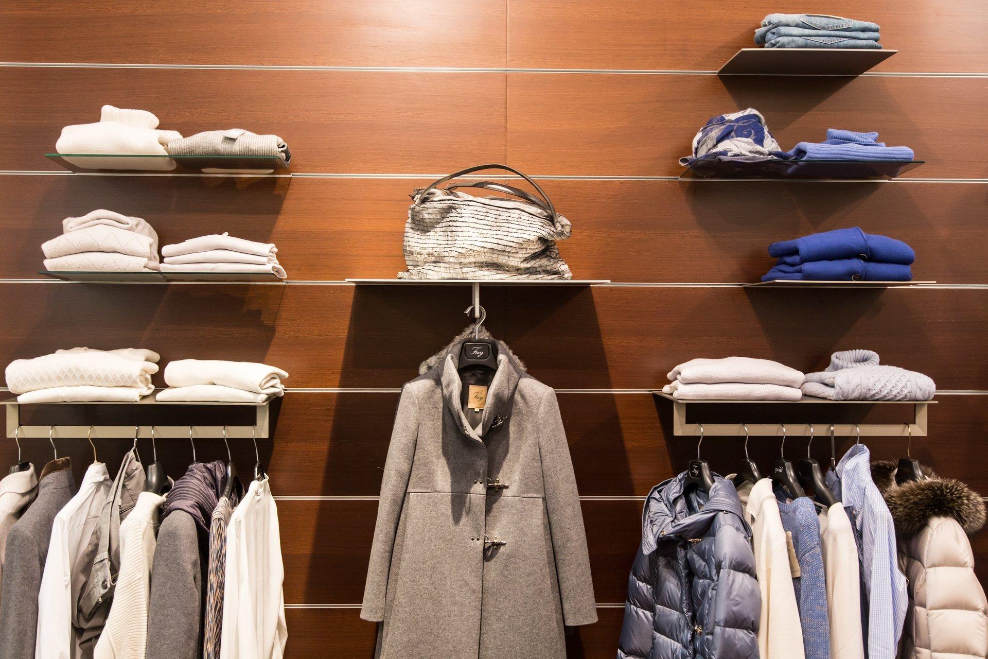 angolo donna in un negozio di abbigliamento