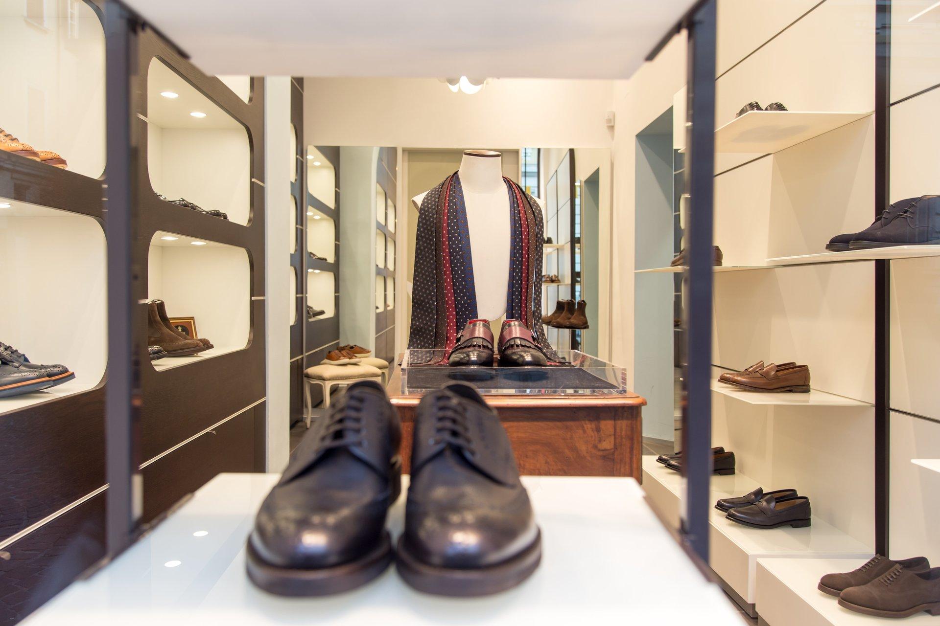 parete espositiva con borse da donna e scarpe