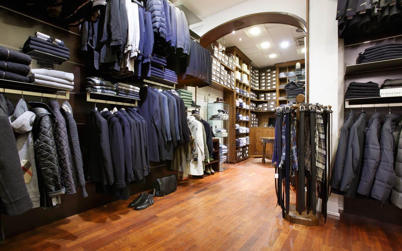 angolo uomo in un negozio di abbigliamento