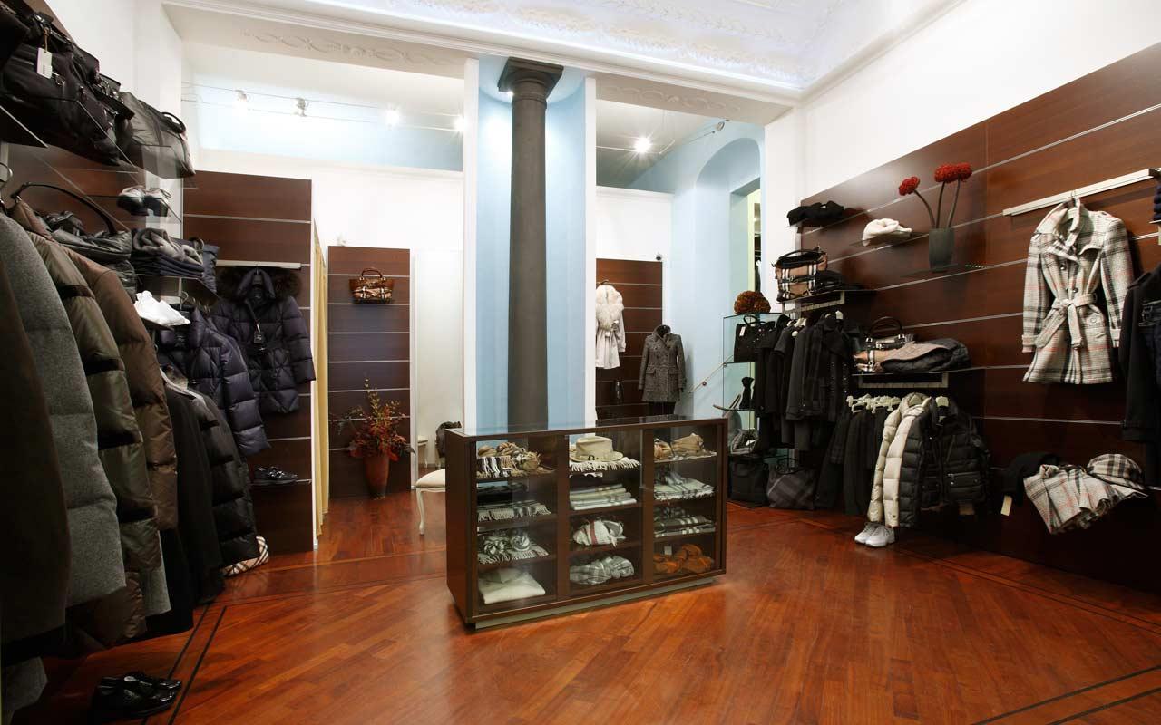 interno negozio abbigliamento con parquet