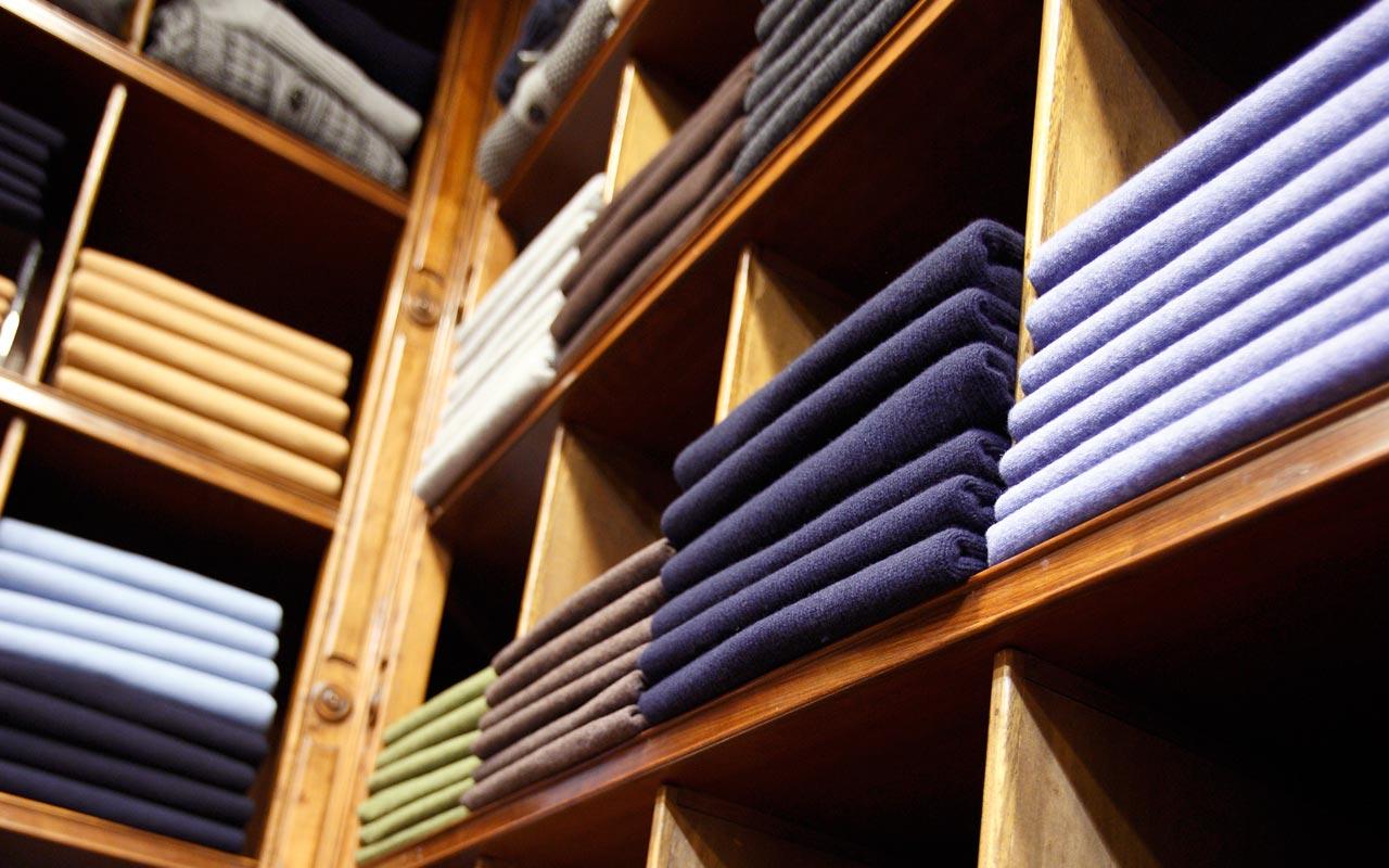 maglie piegate e ordinate in un negozio