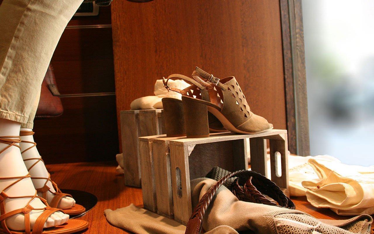 scarpe in esposizione su una scatola di legno