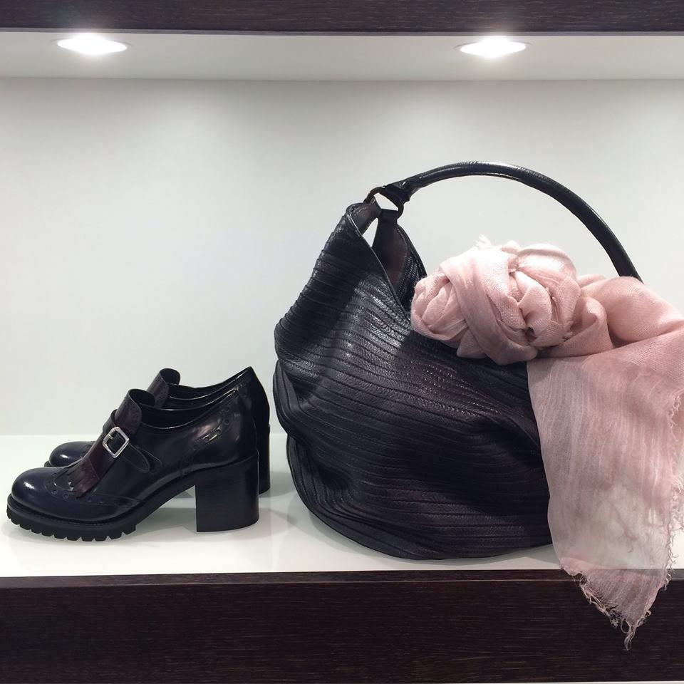 scarpe da donna col tacco ed una borsa nera