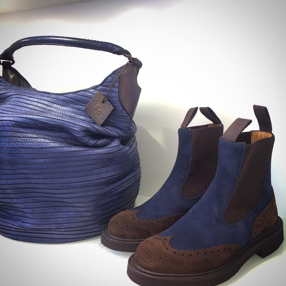 una paio di scarpe da donna ed una borsa blu