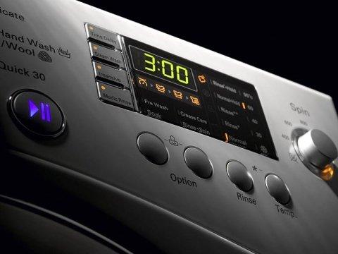 una lavatrice con i pulsanti vista da vicino