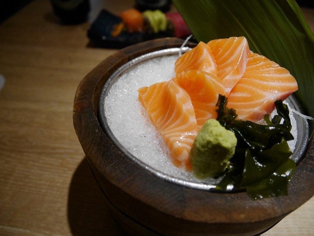sashimi di salmone in piccola ciotola di bambù