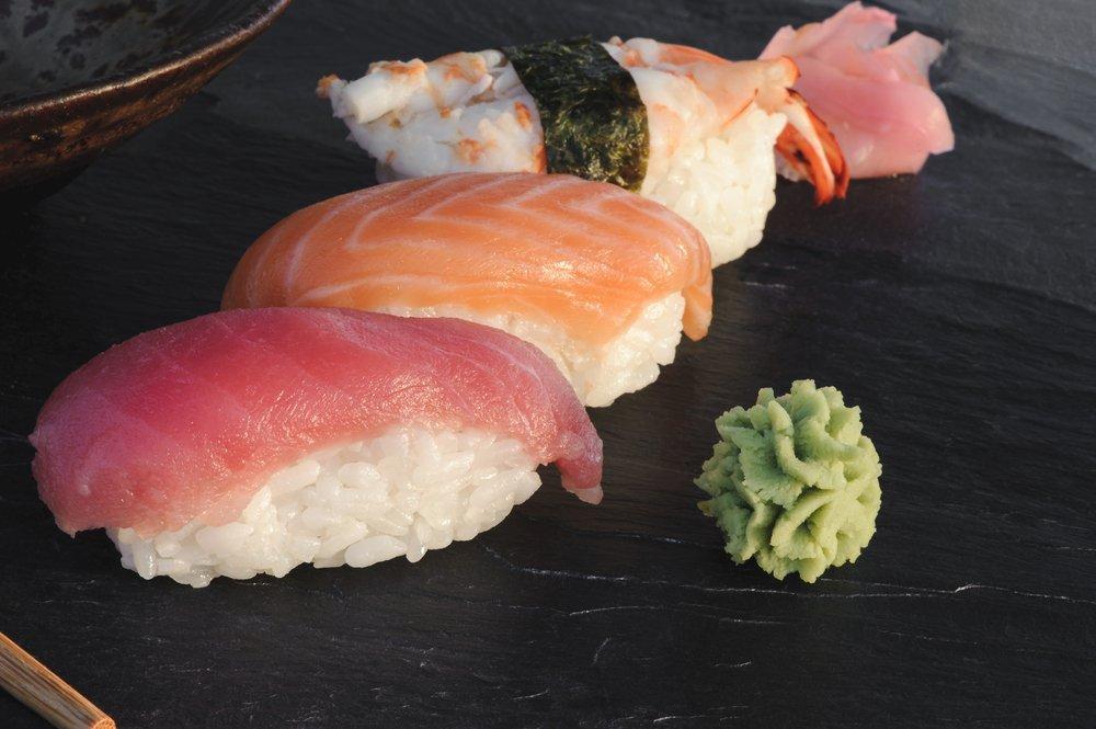 sushi di tonno, salmone e gambero