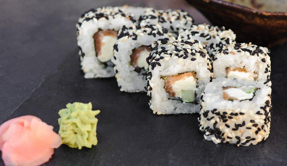 tre maki di fianco a wasabi