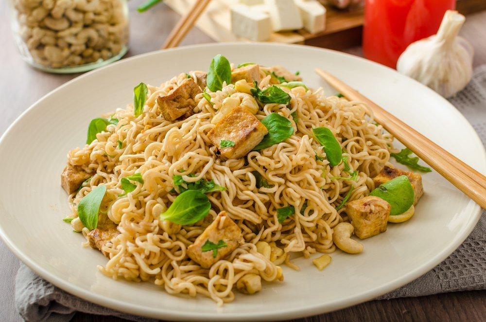 spaghetti cinesi con pollo e anacardi