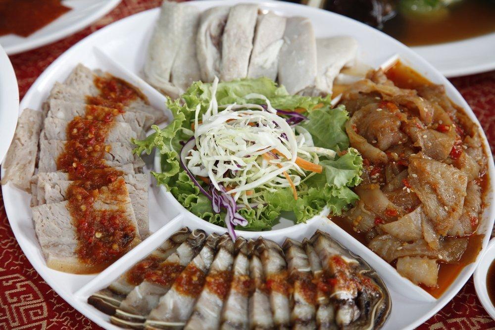 piatto con antipasti cinesi assortiti