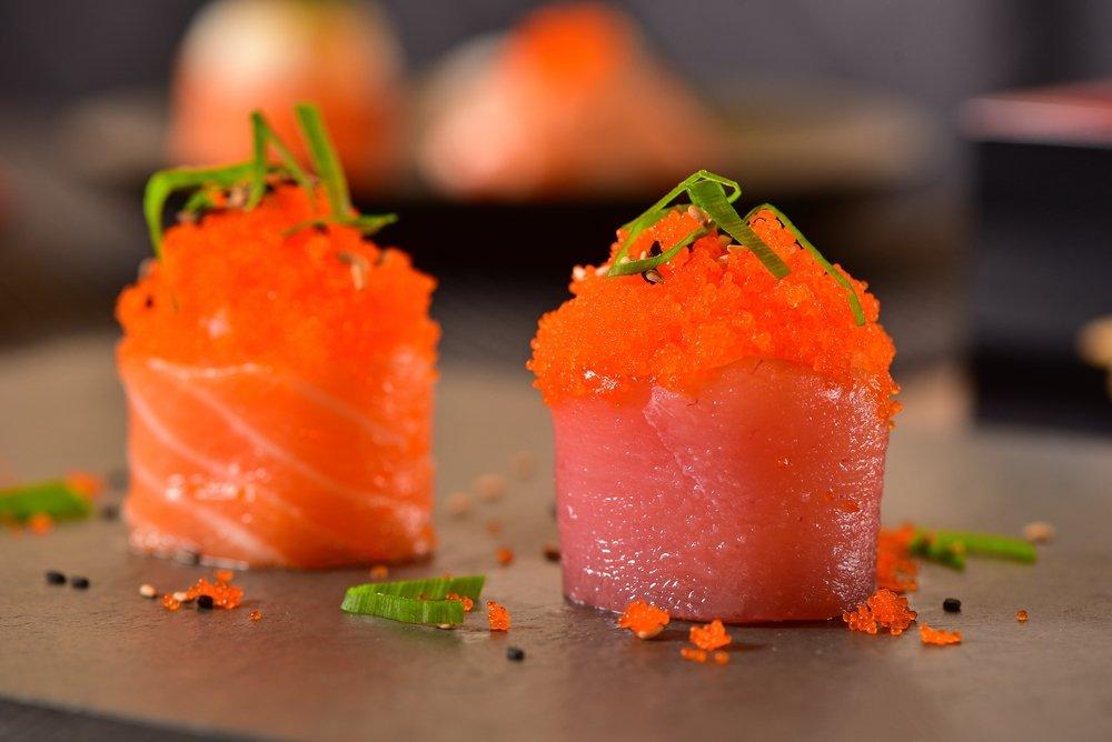 composizione di sashimi con sopra uova di pesce