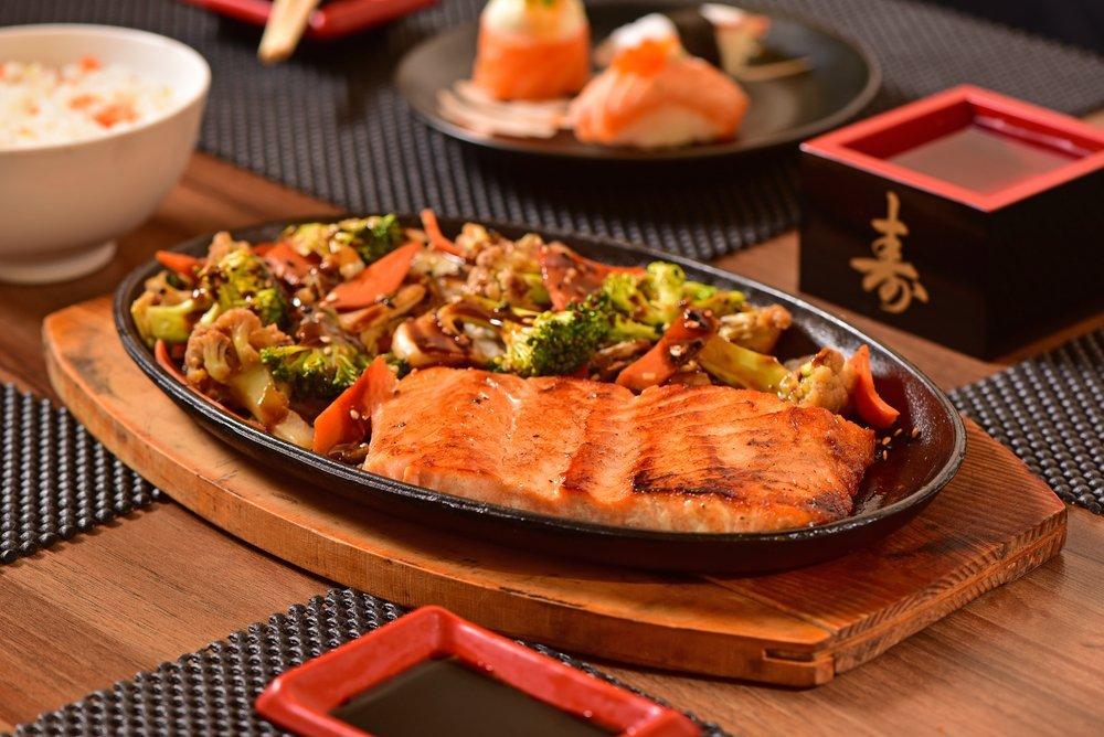salmone alla griglia con contorno di verdure