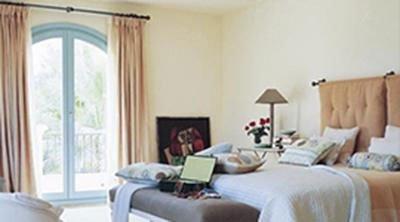 Camera da letto con tende rosa salmone