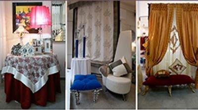 Le finestre con delle tende di pizzo di color bianco e altre tende di color blu con davanti con poltrona e un tavolino