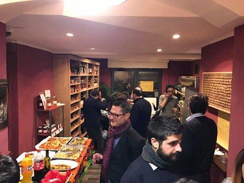 clienti in un locale durante un apertivo