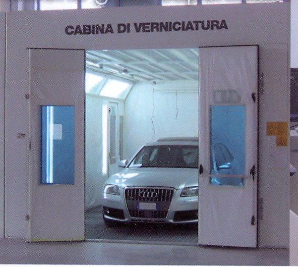 Auto all'interno di una cabina di verniciatura