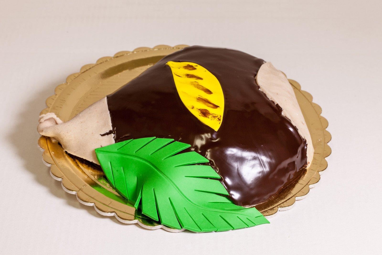 Torta con copertura in pasta di zucchero raffigurante una castagna con foglia verde