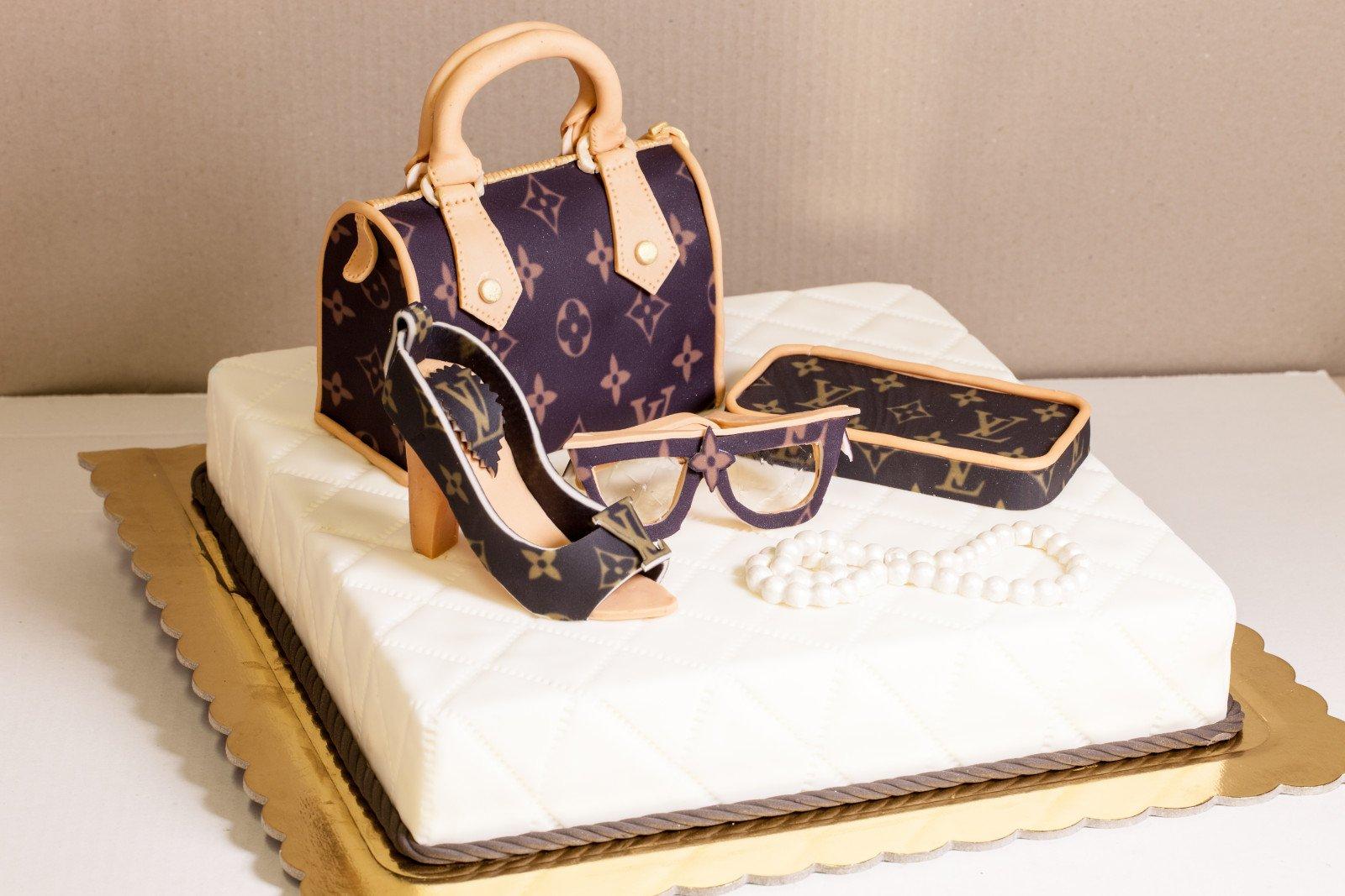 Torta realizzata con copertura in pasta di zucchero raffigurante borsa, scarpe occhiali luis vitton