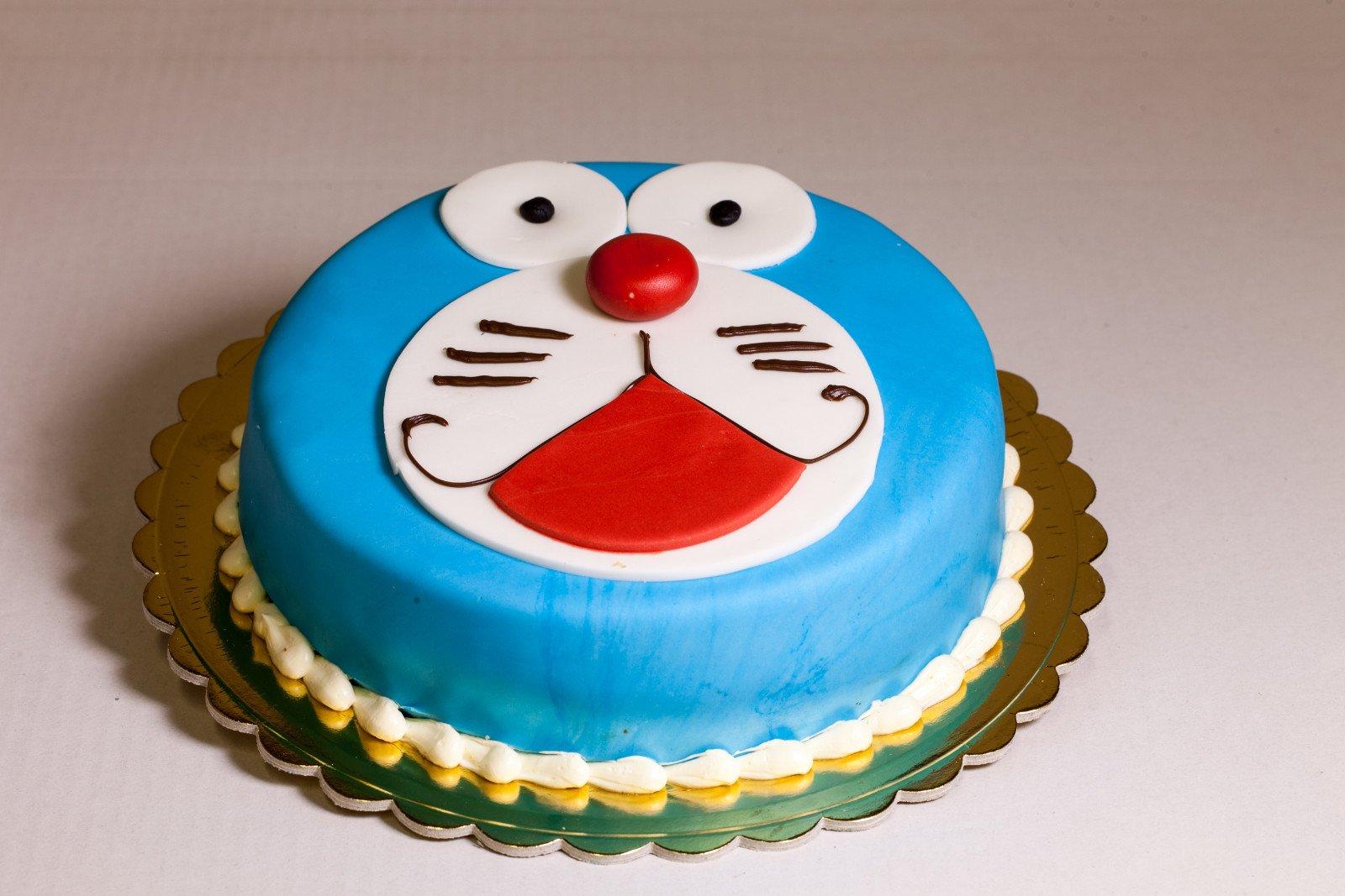 Torta con faccia di Doraemon