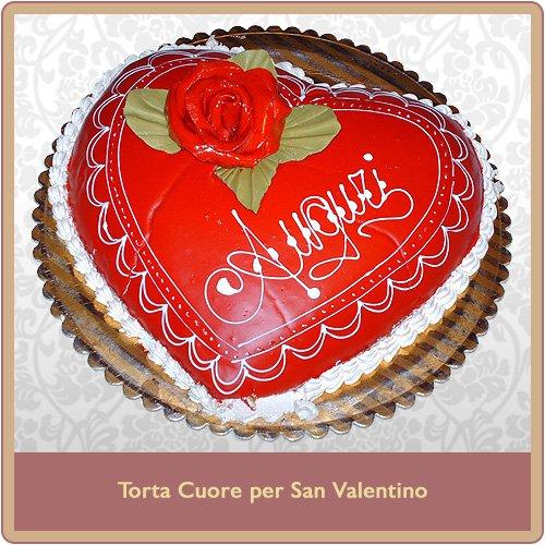 Torta a forma di cuore rossa per san valentino