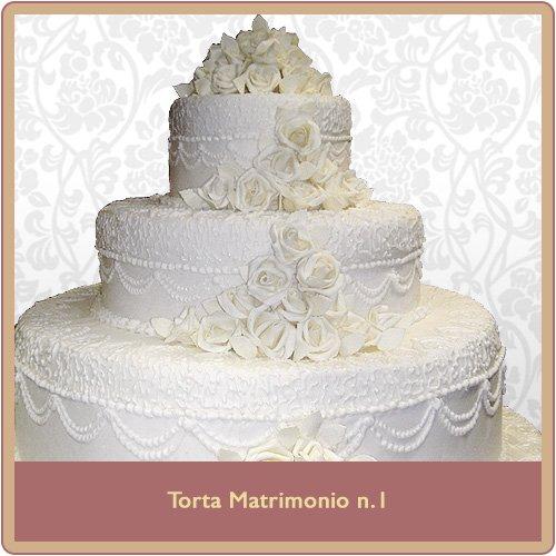 torta a tre piani bianca con decorazioni nuziali