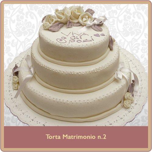 torta nuziali bianca con copertura in pasta da zucchero a tre piani