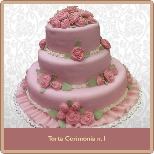 Torta a tre piani rosa con rose decorative