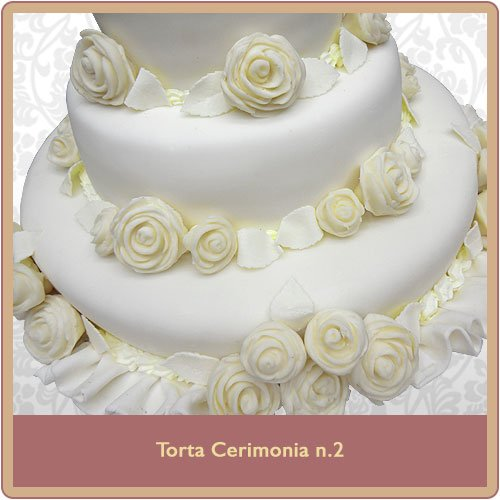 torta nuziale bianca con rose bianche decorative