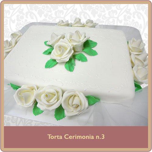 Torta cerimonia bianca con rose decorative bianche e verdi
