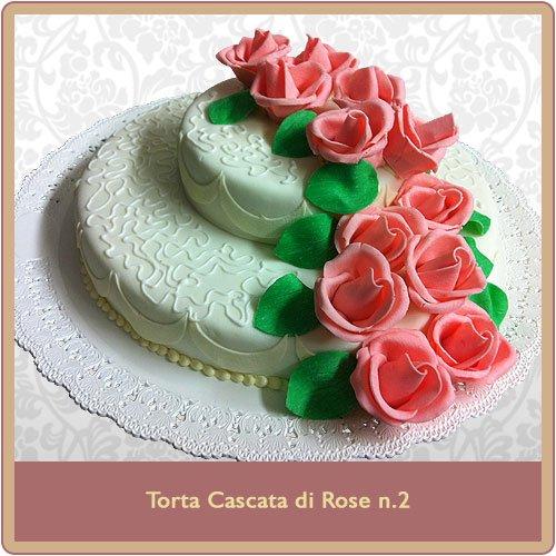 torta con cascate di rose rosa decorative e foglie verdi