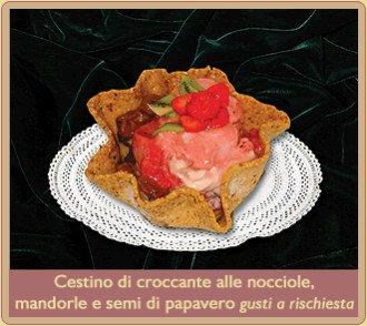cestino croccante alle nocciole e mandorle e semi di papavero con gelato e fragole