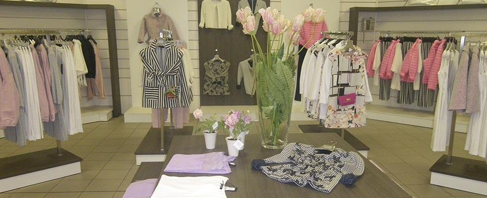 Abbigliamento per donna all'interno di uno showroom