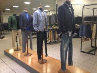 Manichini con capi d'abbigliamento per uomini