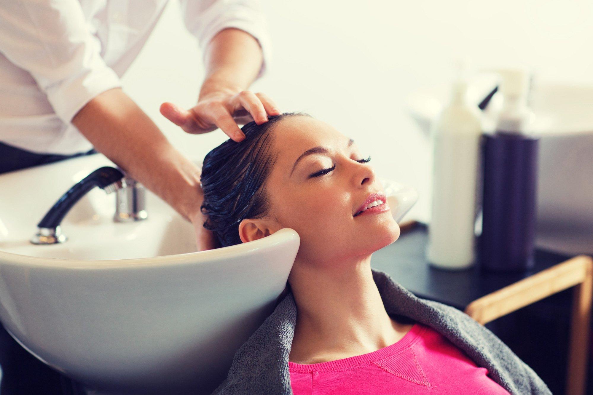 cliente durante un lavaggio di capelli
