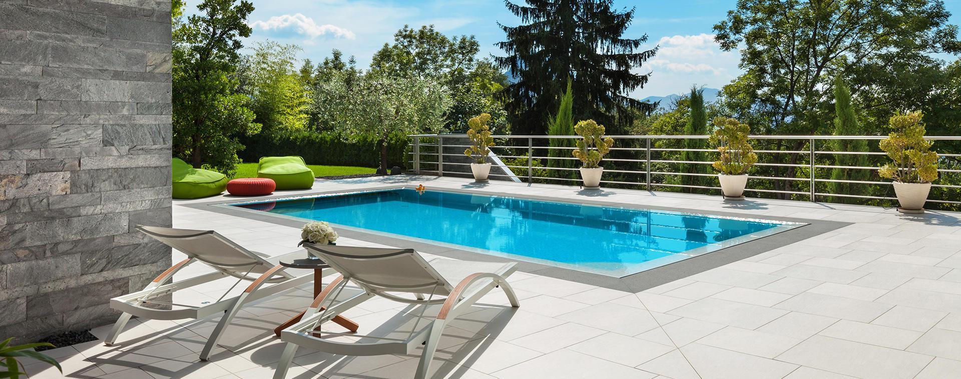 piscina con sdrai