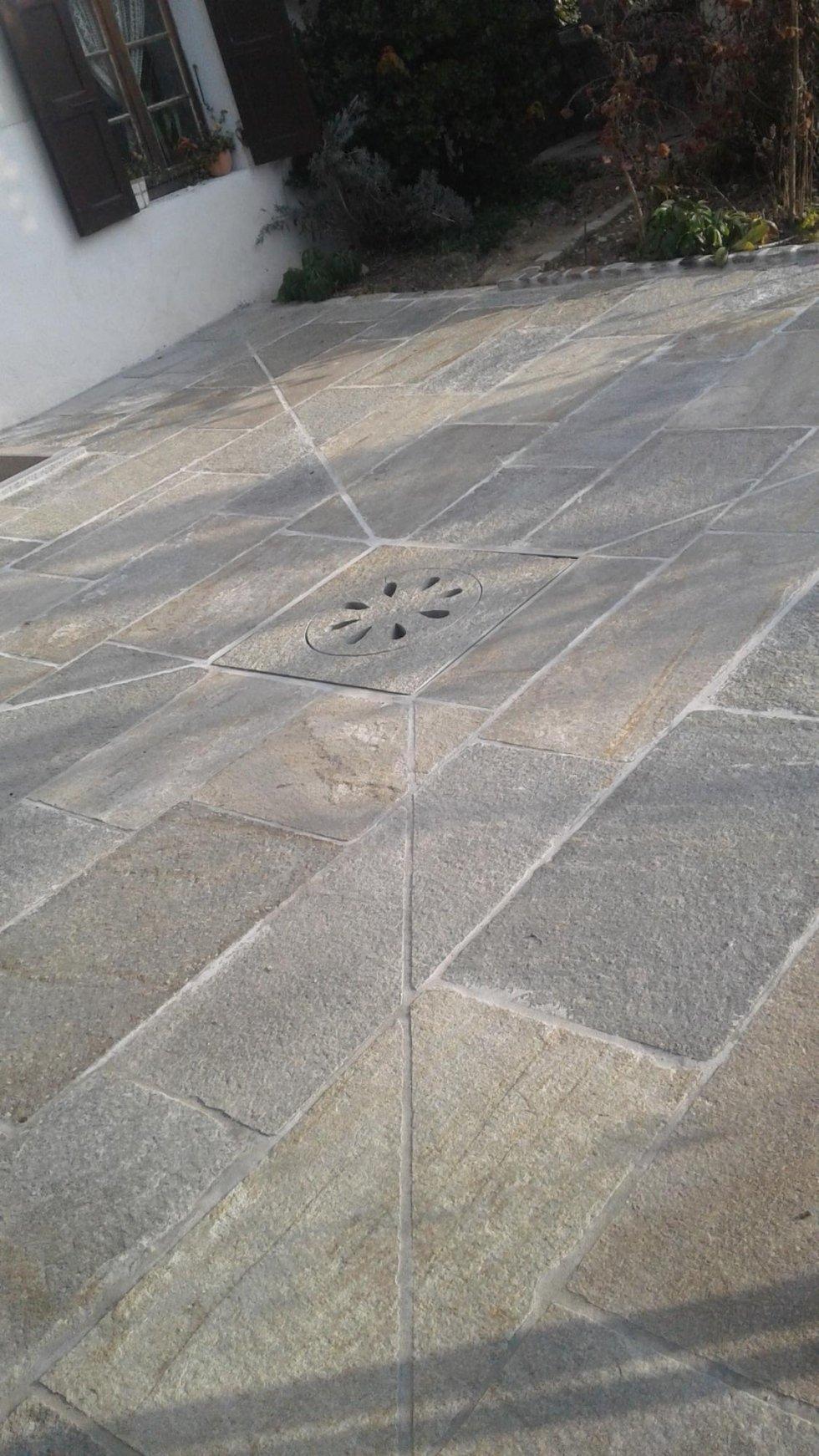 Pavimento a lastre di pietra